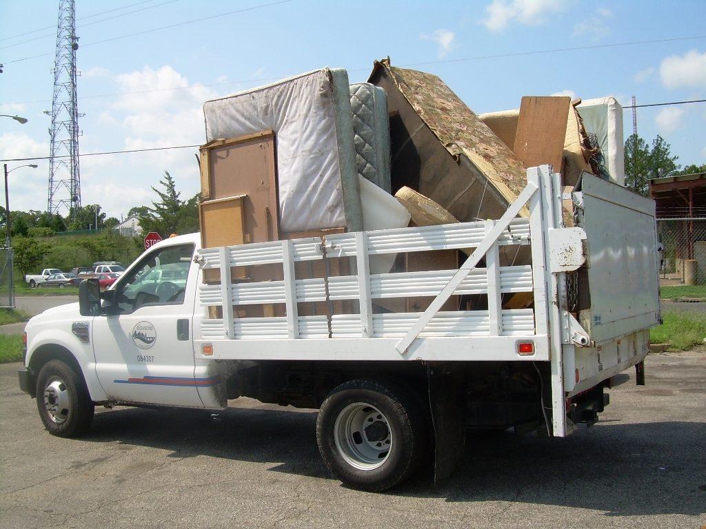 Bulky refuse vehicle